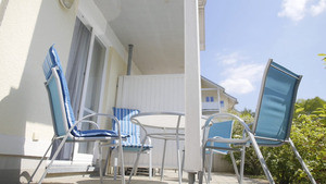Die Terasse der Ferienwohnung mit Terassenmöbeln bestehend aus vier Stühlen und einem Tisch