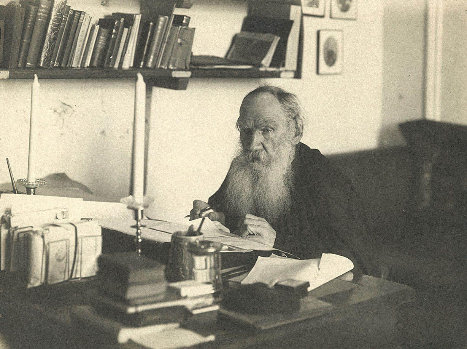 Лев Толстой в своем кабинете / В. Г. Чертков, 1909 г.