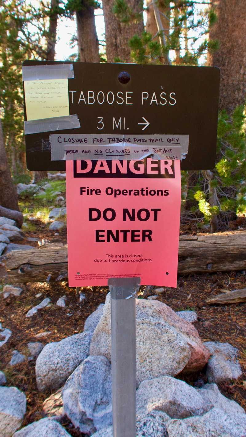 A sign with a warning message about fire