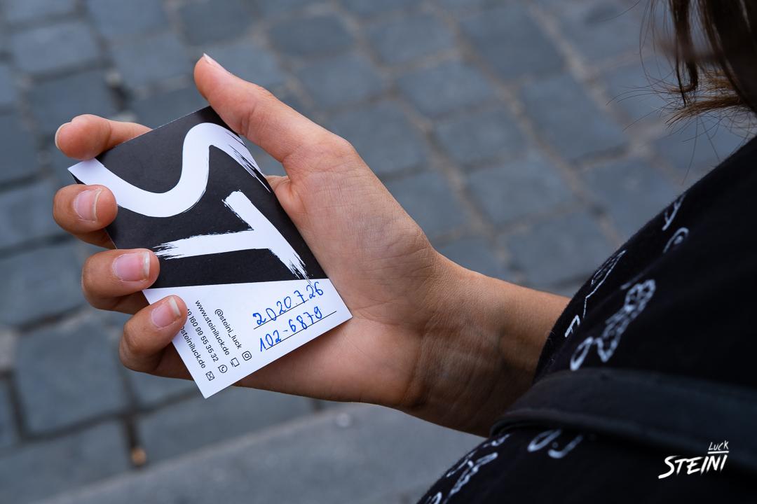 Hier hält jemand Steini's Visitenkarte in der Hand und hat sich die Bildnummer darauf notiert um das Bild anzufordern.