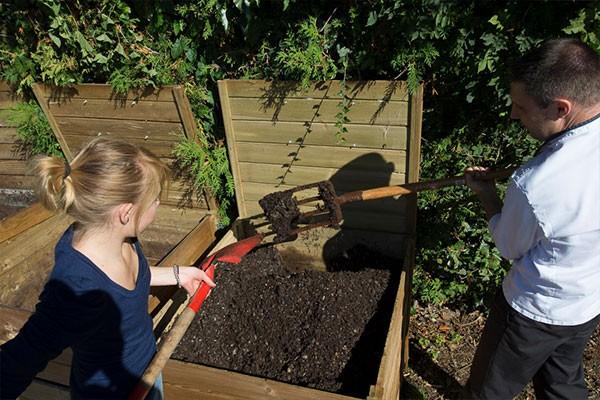 Père et petite fille prépare le compost