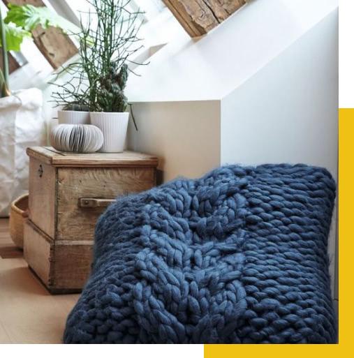 Coussin tricoté en grosse laine