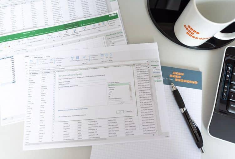 Excel-Schulungsunterlagen mit Tasse und Kugelschreiber
