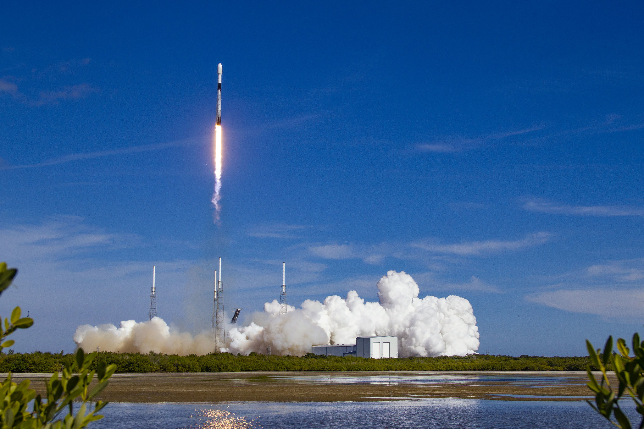Imaginea 1: Lansarea rachetei Falcon 9 B1051 cu satelitul Sirius SXM-7 (Sursa foto: SpaceX)